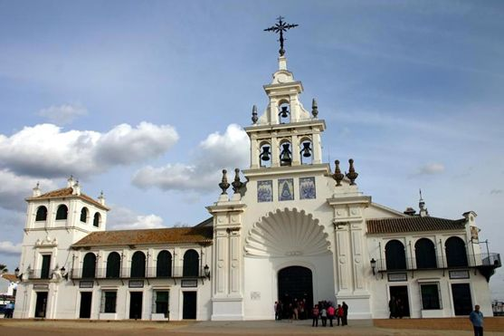 普段は閑散としたロシオの村が、一躍ロシオ祭のブランカ・パロマの聖母でにぎわうようになったのは昔もいまも同じ