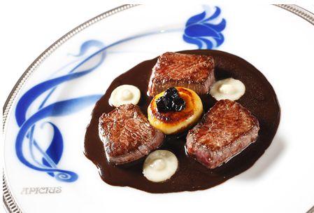 世界最古の料理書と言われる「料理大全」を著した古代ローマ時代の美食家、マルクス・ガビウス・アピキウスの名を冠したフレンチレストラン、アシピウスのステーキ