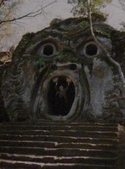サンパトリツィオの井戸を訪問。ボマルツォのパルコ・ディ・モストリの奇怪な彫像
