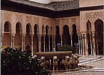 アルハンブラ宮殿・ライオンの噴水 左はパビリオン、右手に二姉妹の間