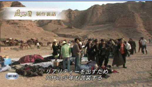 実は俳優たちではなく現地調達した中国人のエキストラ(兵士群)。