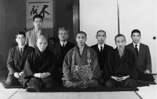 中央は大森曹玄老師 左から4人目が阪本牙城