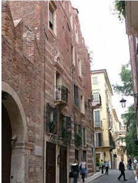 ロメオの家。アーチの入り口の右,白パネルにシェークスピアの劇中の言葉が