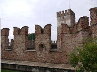 ヴェローナの城壁 バトルメントというのは、ヨーロッパのお城によくある鋸形のギザギザのついた胸壁のことで、上にV字型の切れ込みがあるのをギベリン型というそうです。ギベリン(皇帝派)だったということか。