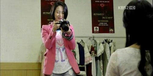 主役のチャスヨンを、舞台前に取材し撮影するミンジュ