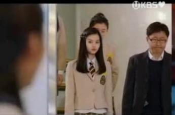 G葬儀場で、もうひとりの学友ハン・ソンイを見つめるが・・